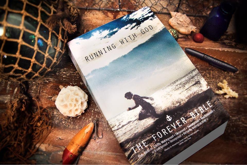 Editorial lanza una Biblia que afirma ser 'indestructible'